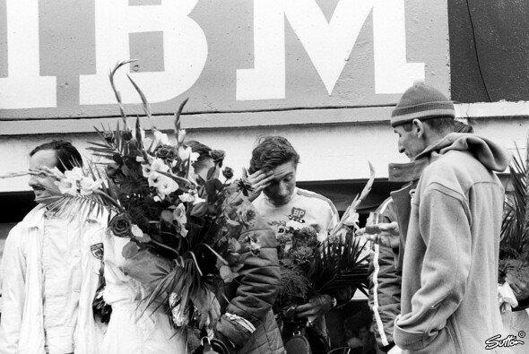 Colin Davis zusammen mit Jo Siffert auf dem Podium in Le Mans 1966