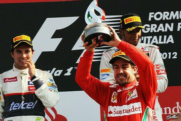 Perez freut sich auf dem Monza-Podium mit Alonso: Werden sie bald Teamkollegen? - Foto: Sutton