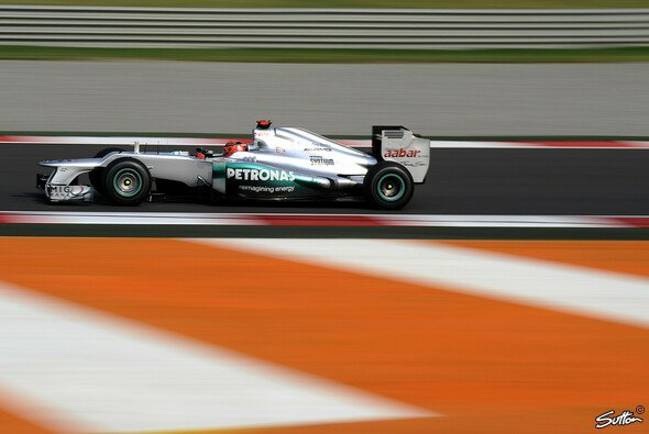 Michael Schumacher parkt seinen Boliden in Runde 55 in der Garage
