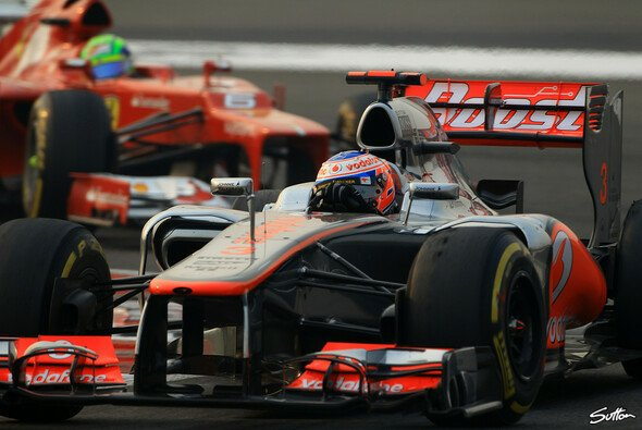 McLaren und Ferrari ließen Vettel ziehen, als sie sich duellierten - Foto: Sutton
