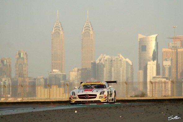 Unter sich die Wüste, im Nacken die Skyline: spezielles Flair bei den 24 Stunden von Dubai - Foto: Sutton
