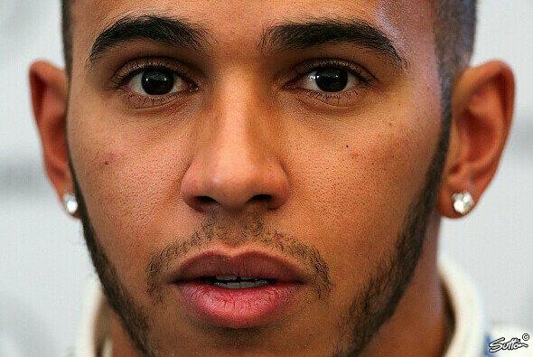 Lewis Hamilton muss sich unter anderem an neue Arbeitskleidung gewöhnen