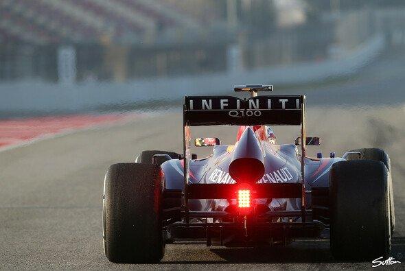Sebastian Vettel strandete am Ende der Boxengasse - am Red Bull war ein Rad lose