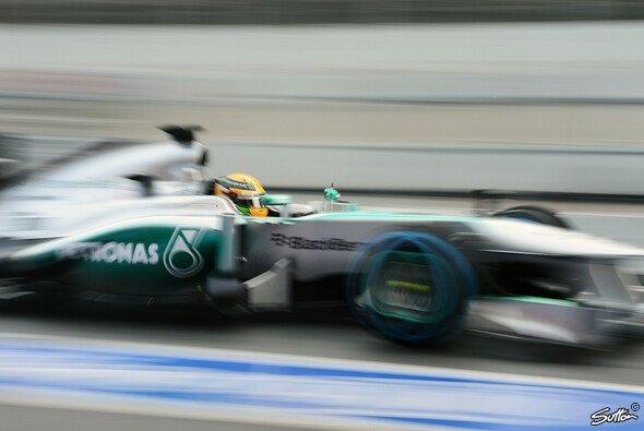 Lewis Hamilton freut sich, mit dem Silberpfeil bald richtig Gas zu geben