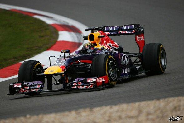 Vettel zeigte auf dem Nürburgring auf - Foto: Sutton