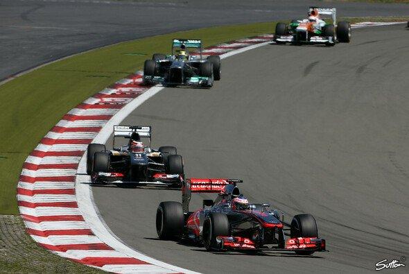 McLaren führt das Mittelfeld an