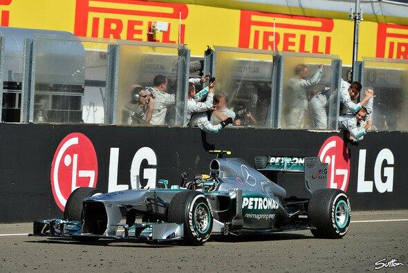 Lewis Hamilton feiert seinen ersten Sieg für die Silberpfeile