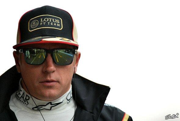 Kimi Räikkönen schaut sich das Saisonfinale vor dem Fernseher an