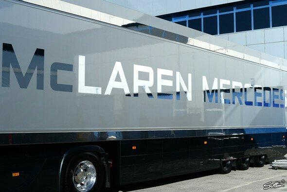 Von McLaren bekam man am ersten Testtag nichts zu sehen - Foto: Sutton