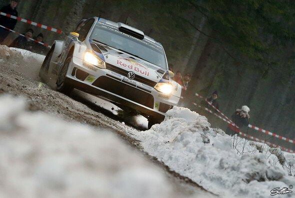 Nach einem Fahrfehler rutschte Sebastien Ogier über einen der tückischen keinen Schneewall der Streckenbegrenzung