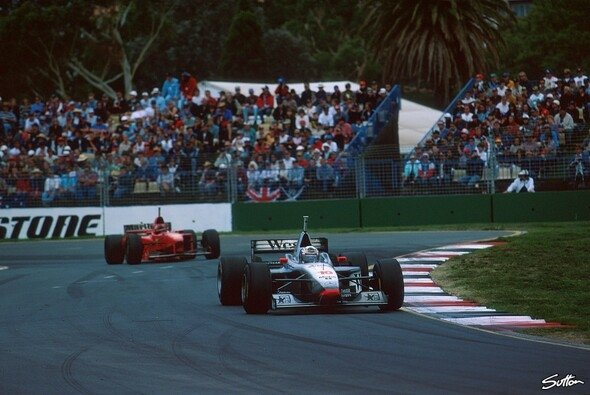 Melbourne am 9. März 1997: David Coulthard siegt vor Michael Schumacher - Foto: Sutton