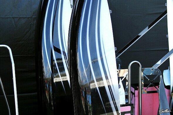 Schwarz lackierte Seitenkästen vor der McLaren-Box in Melbourne