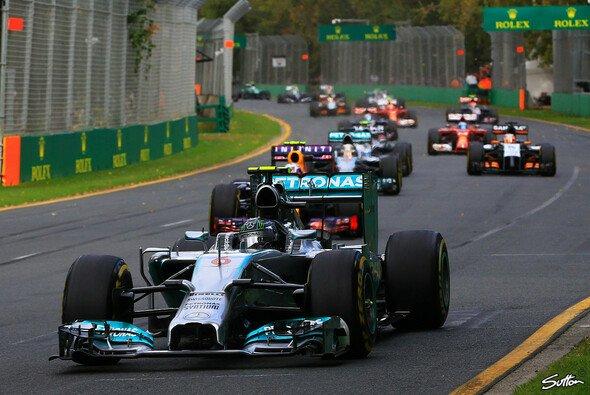 So nah waren die Gegner an Nico Rosberg nur kurz nach dem Safety Car dran - Foto: Sutton