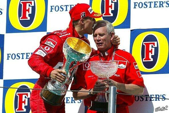 Michael Schumacher und Rory Byrne feiern 2004 den Sieg in Imola