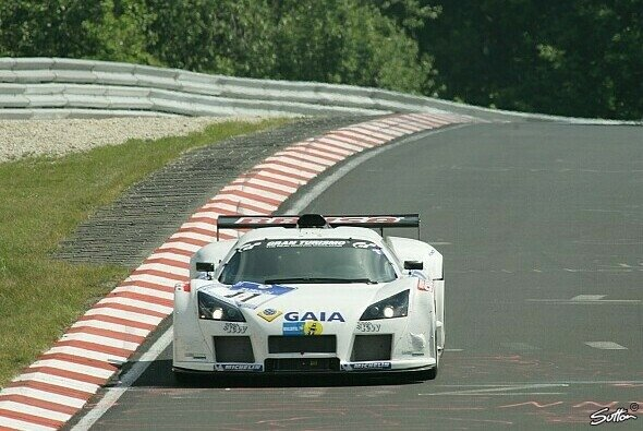 Frentzen und sein Hybrid Gumpert Apollo 2008 am Nürburgring - Foto: Sutton