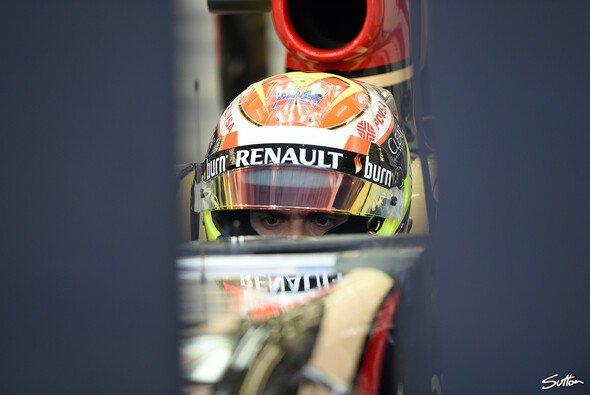 Pastor Maldonado in seinem Lotus-Cockpit während der Bahrain-Testfahrten
