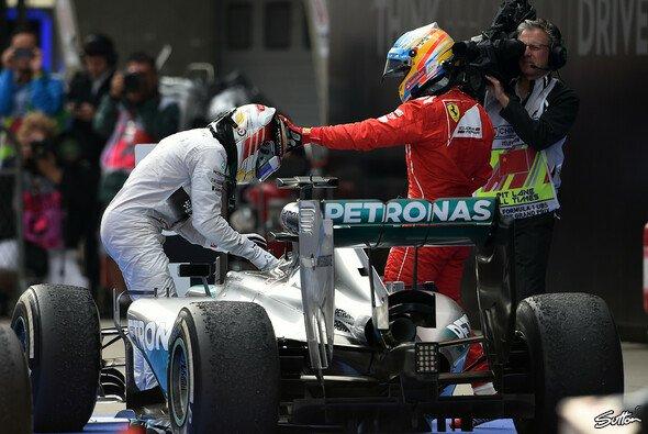 Streichelt sich Alonso hier seinen Weg zu den Silberpfeilen?