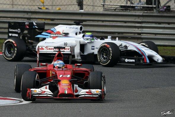 Alonso richtet seinen Blick nach hinten