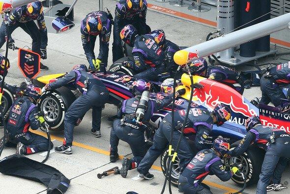 An der Box noch immer weltmeisterlich: Vettel und Red Bull