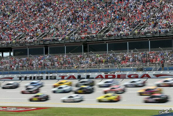 Highspeed-Drafting auf dem Talladega Superspeedway - Foto: Sutton