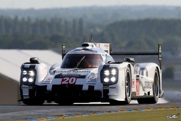 Bei der Abstimmung des Porsche 919 Hybrid muss Mark Webber Kompromisse eingehen - Foto: Sutton