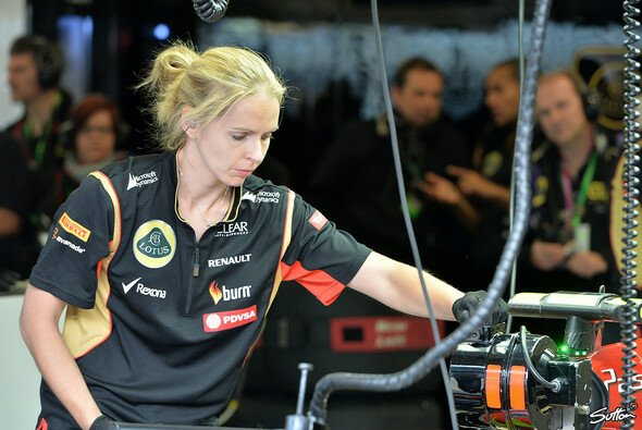 Mechanikerin in der Lotus-Box - Foto: Sutton