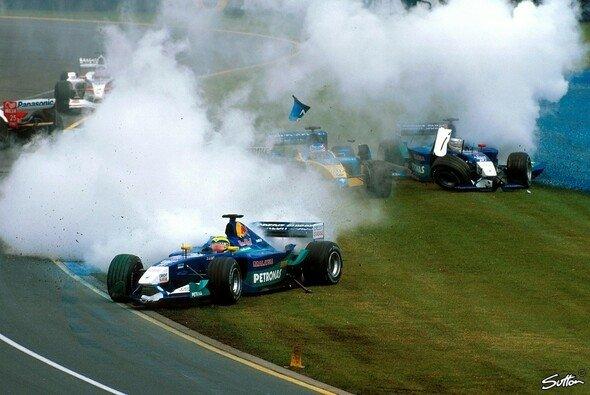 Bereits der Startcrash radierte 2002 mehr als ein Drittel des Fahrerfeldes aus. - Foto: Sutton