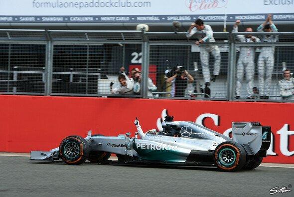 Lewis Hamilton feiert in Silverstone Saisonsieg Nummer 5 - Foto: Sutton