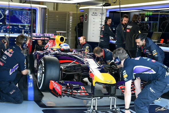 Vettels Red Bull stand lange in der Box - Foto: Sutton