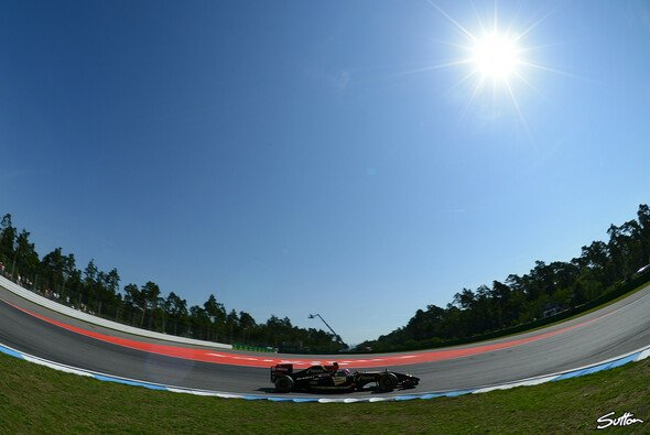 Romain Grosjean in der Schwebe - Foto: Sutton