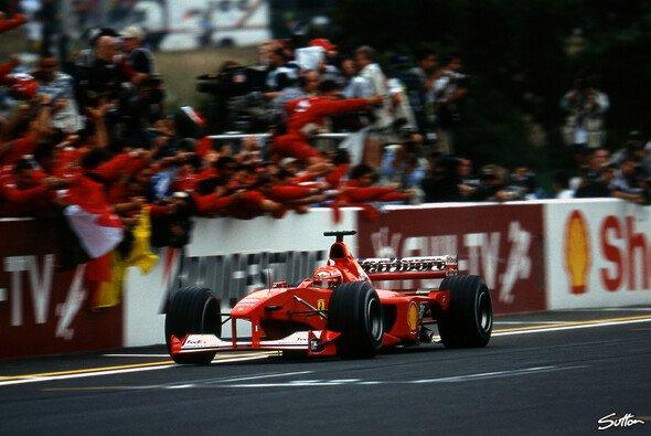 Michael Schumacher fährt 2000 in Japan über die Linie, und krönt sich zum Formel-1-Weltmeister - Foto: Sutton