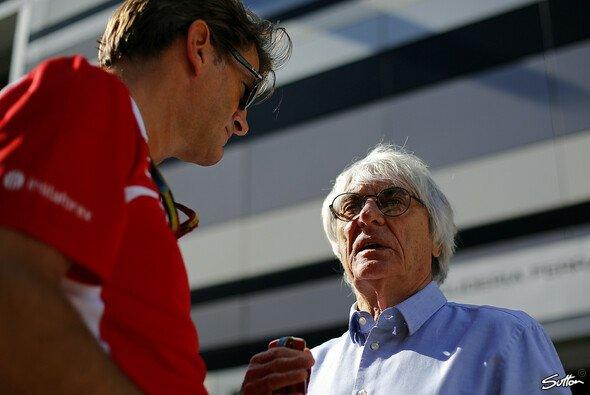 Ecclestone im Gespräch mit Sportdirektor Graeme Lowdon beim letzten Rennen Marussias 2014 - Foto: Sutton