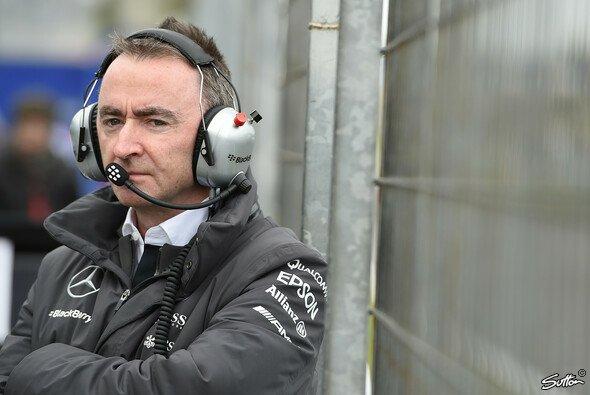 Paddy Lowe wechselt das Mercedes-Shirt gegen die Williams-Kleidung - Foto: Sutton