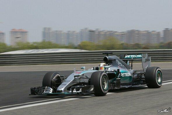 Lewis Hamilton fuhr erneut Bestzeit - Foto: Sutton