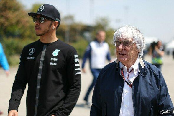 Bernie Ecclestone sieht Lewis Hamilton im Vorteil - Foto: Sutton