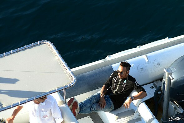 Lewis Hamilton schippert gerne auf einer Yacht, wie hier in Monaco - Foto: Sutton