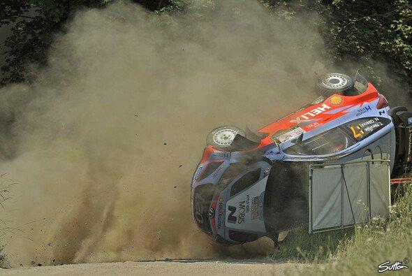 Wie bereits in Polen hat Thierry Neuville auch in Finnland einen heftigen Crash hingelegt - Foto: Sutton
