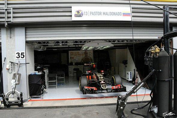 Der Motorsport kann grausam sein: Für Lotus war das Rennen schon wieder nach der ersten Runde gelaufen - Foto: Sutton