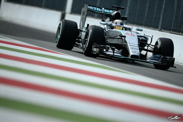 Lewis Hamilton gab im 1. Training deutlich den Ton an - Foto: Sutton