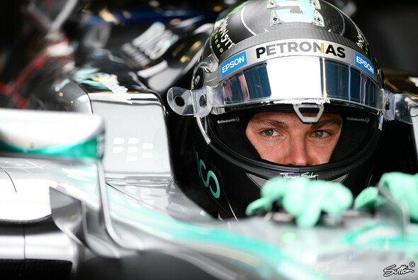 Nico Rosberg steuert der nächsten Lage gegen Lewis Hamilton entgegen - Foto: Sutton