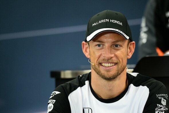 Jenson Button ließ sich auf der FIA-Pressekonferenz nur wenig entlocken - Foto: Sutton