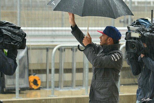Braucht Lewis Hamilton bei seinem ersten WM-Matchball einen Regenschirm? - Foto: Sutton