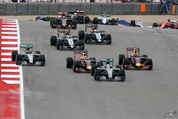 2015 ging es zwischen den Mercedes-Teamkollegen Hamilton und Rosberg in Kurve 1 heiß her - Foto: Sutton
