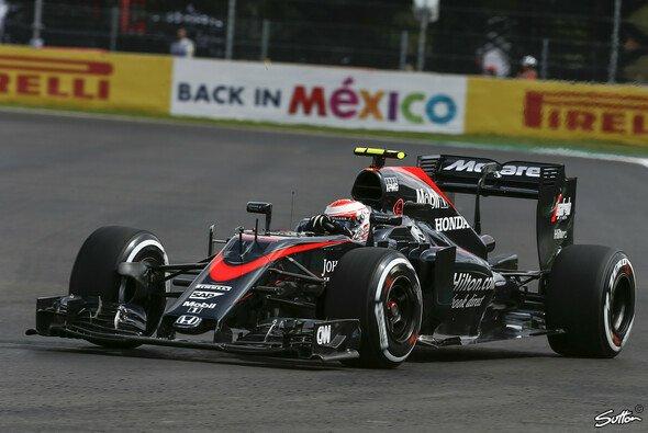 Tapfer kämpfend, aber chancenlos: Jenson Button war ein leichtes Opfer auf der Geraden - Foto: Sutton