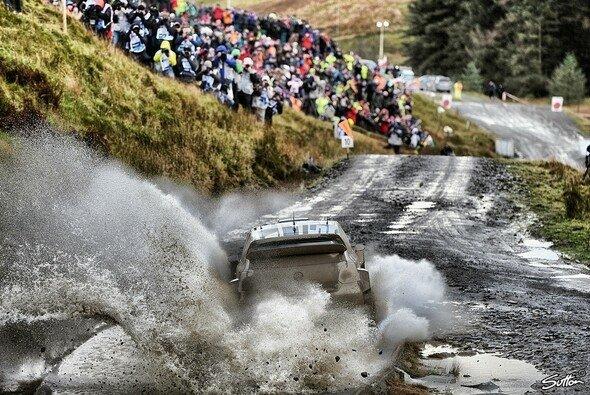Bei der Rallye Großbritannien bleibt kein Auto sauber - und machner Fahrer auch nicht - Foto: Sutton