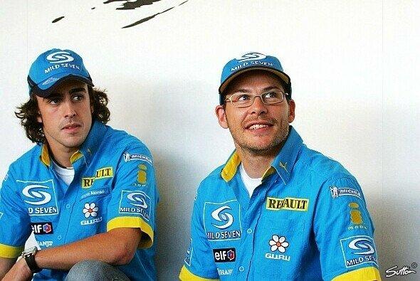 Fernando Alonso steht hinter Jacques Villeneuve - Foto: Sutton