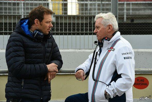 Pat Symonds bei Testfahrten im Gespräch mit Ex-Formel-1-Pilot Alex Wurz - Foto: Sutton