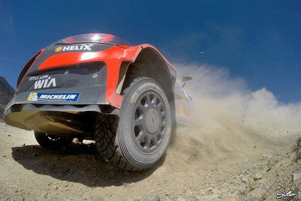 Dani Sordo muss nach seinem Unfall die Rallye Finnland auslassen - Foto: Sutton