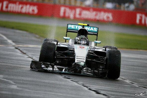 Nico Rosberg beschädigte den Frontflügel seines Mercedes in Australien - Foto: Sutton
