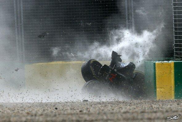 Heftiger Unfall von Fernando Alonso beim Australien GP - Foto: Sutton